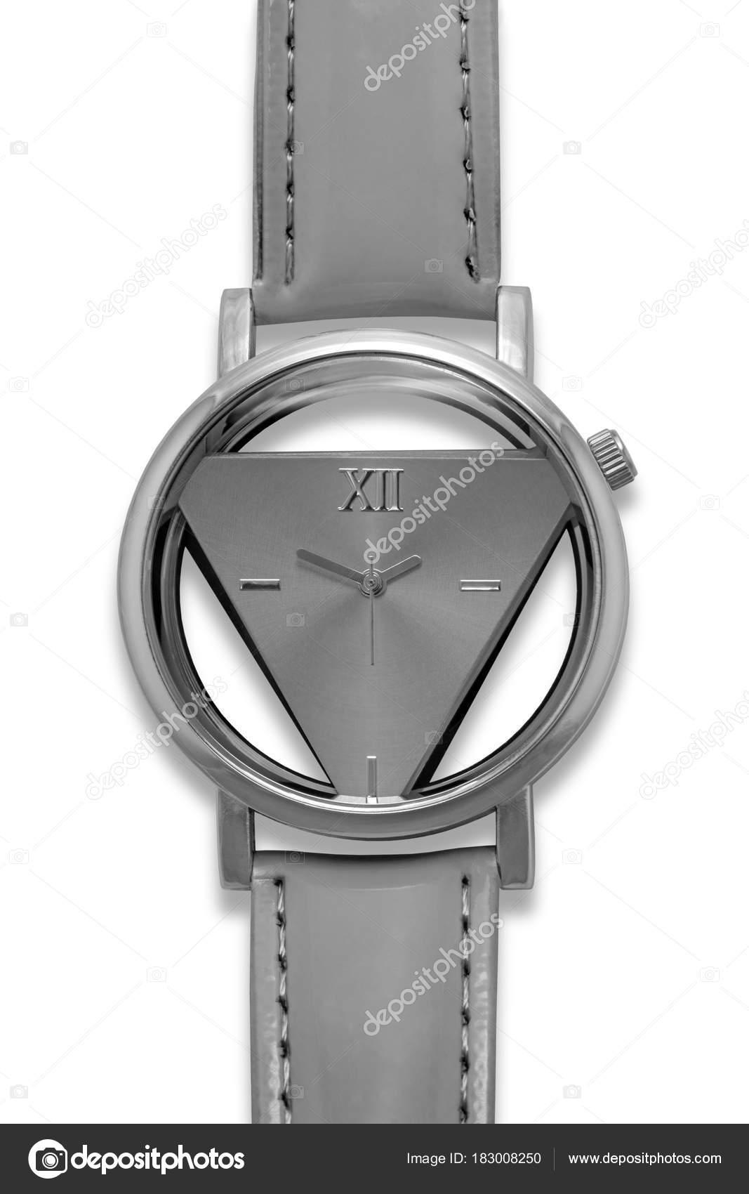 7de8e90ff1 Stylový originální pochromované kovové Dámské Náramkové hodinky s šedou  trojúhelníkové vytáčení a kožené prošívané náramkové izolovaných na bílém  pozadí