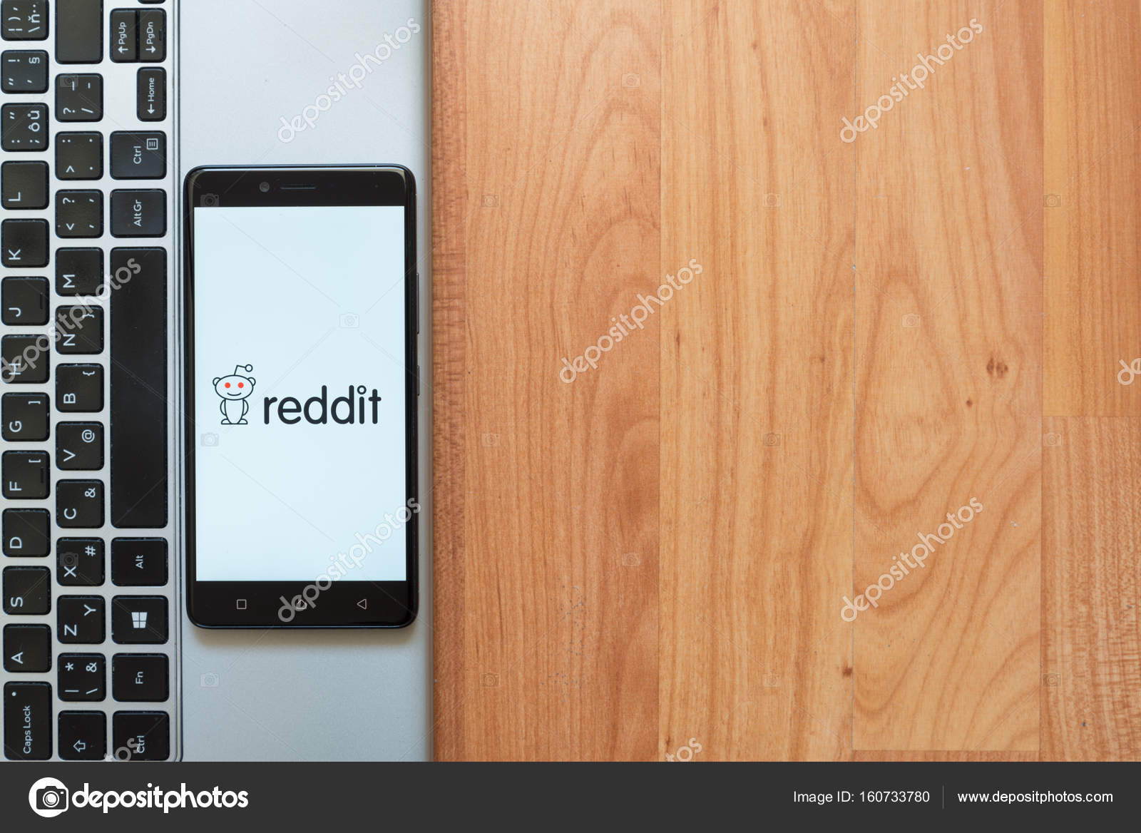 Reddit logo on smartphone – Stock Editorial Photo © Pe3check #160733780