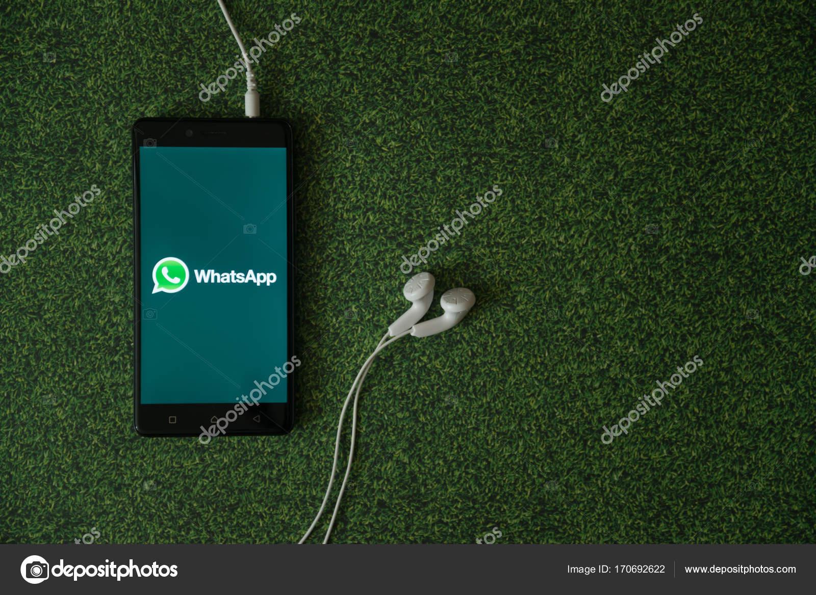 Logo Di Whatsapp Su Smartphone Schermo Su Sfondo Verde Erba Foto