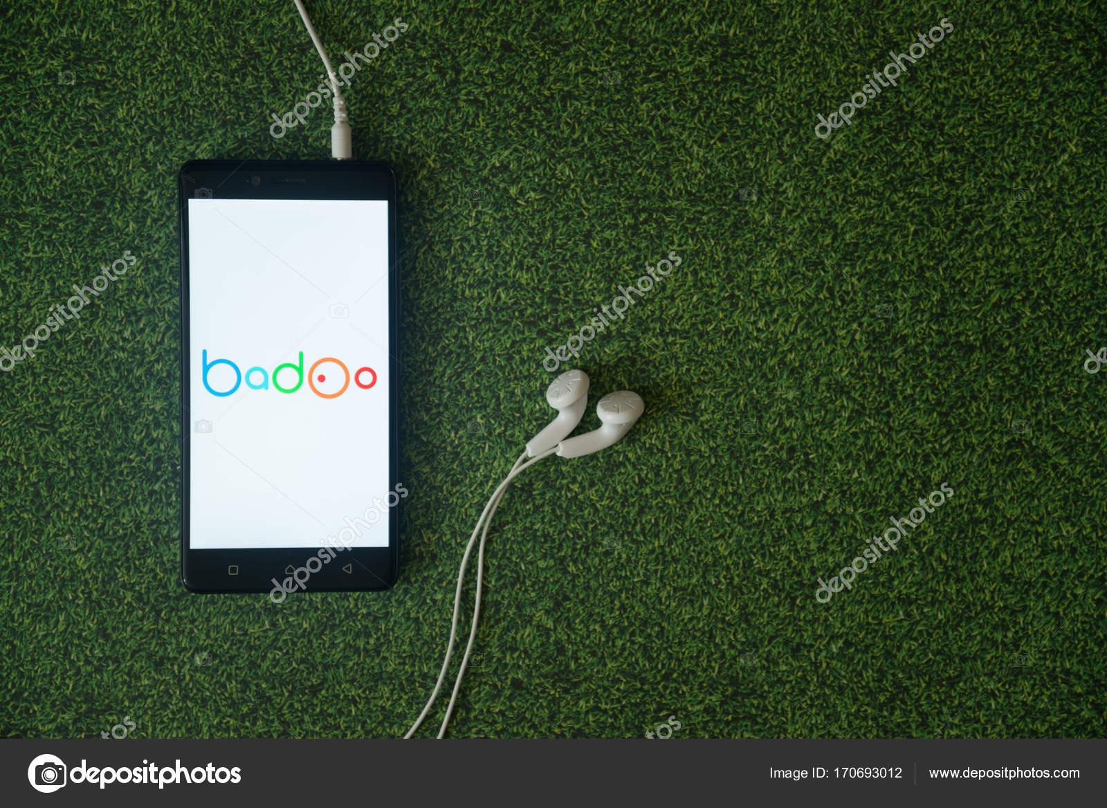 Logo Di Badoo Su Smartphone Schermo Su Sfondo Verde Erba Foto