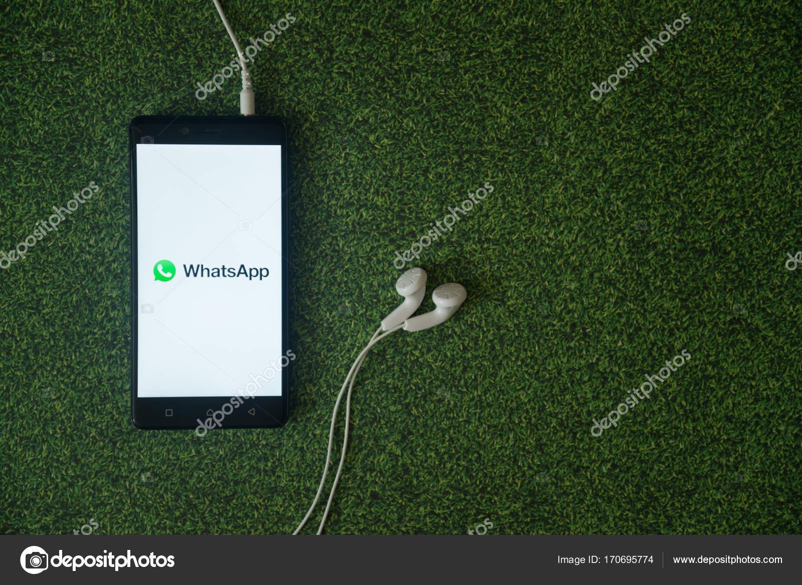 Sfondo Legno Whatsapp Logo Di Whatsapp Su Smartphone Schermo Su