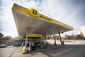 Nitra, Slowakei, 28. März 2018: Tankstelle Slovnaft in Nitra, Slowakei. Slovnaft ist slowakischer Einzelhändler und Großhändler für Öl, Benzin und Erdgas.