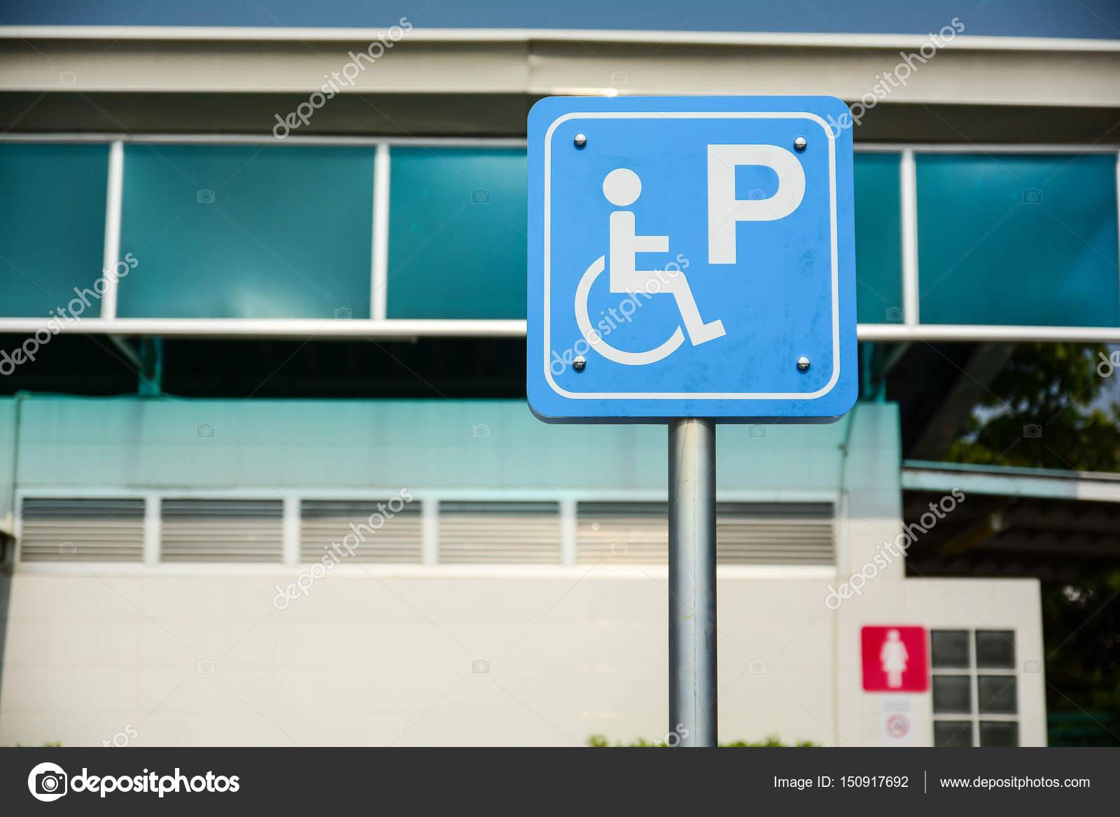 Segnaletica di accesso sedia a rotelle, bagni pubblici per disabili ...