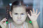 Ragazza asiatica arrabbiata manca alla finestra