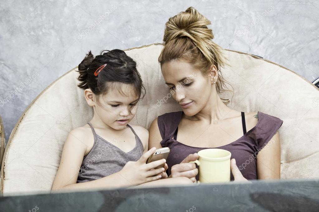 Женщина игры мобильные игры сотовый телефон дома — стоковое фото.