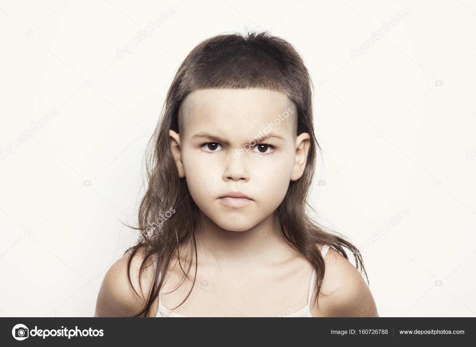 chica con corte de pelo moderno mirando seriamente foto de radarani - Corte De Pelo Moderno