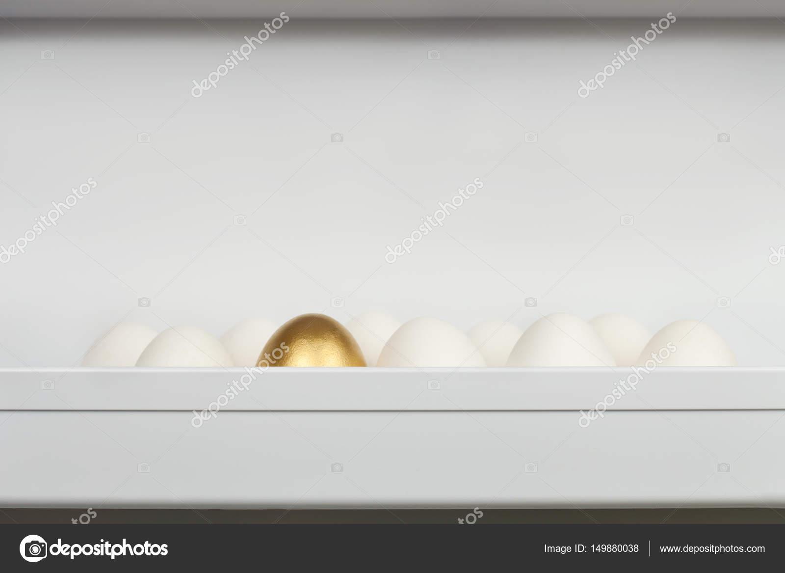Kühlschrank Ei : Verpackung von hühnereiern auf einem kühlschrank regal mit einem