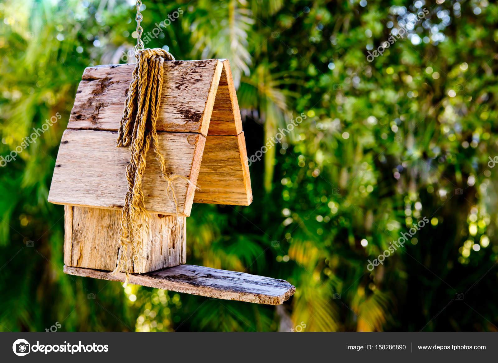 простые деревенские деревянные скворечник висит против