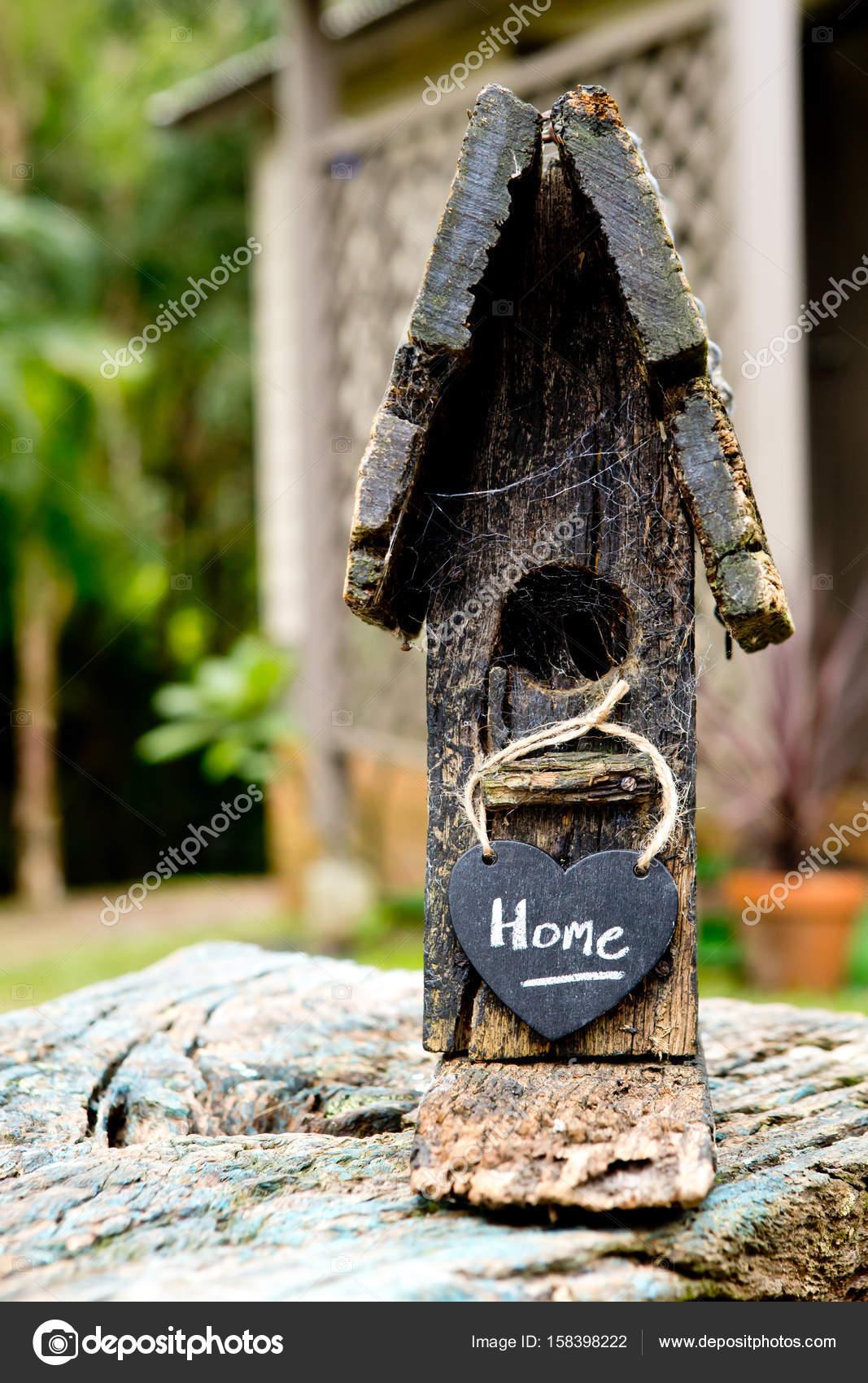 деревенский деревянный скворечник с дома на доске формы