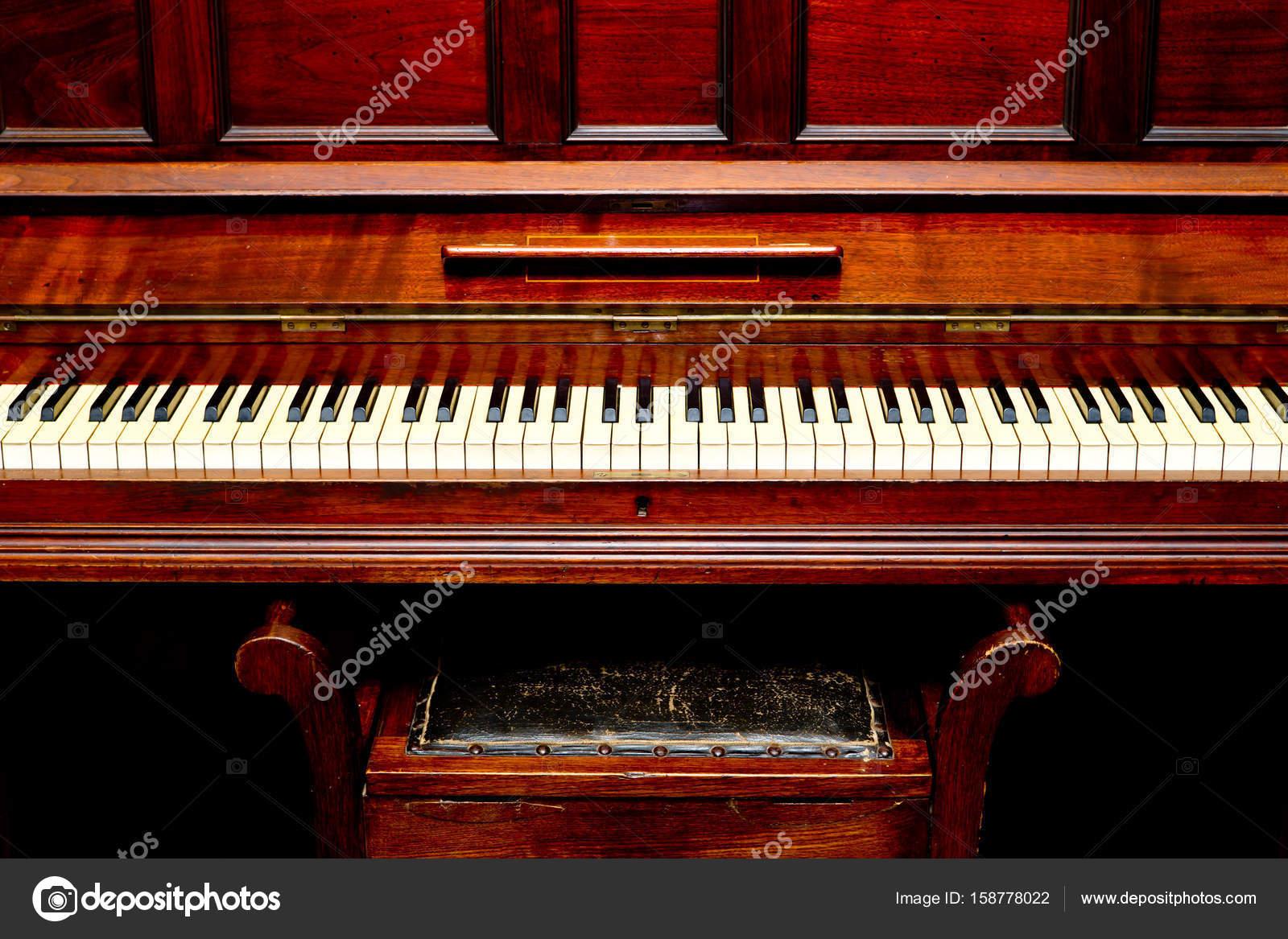 Pianoforte antico vista frontale dei tasti del pianoforte e