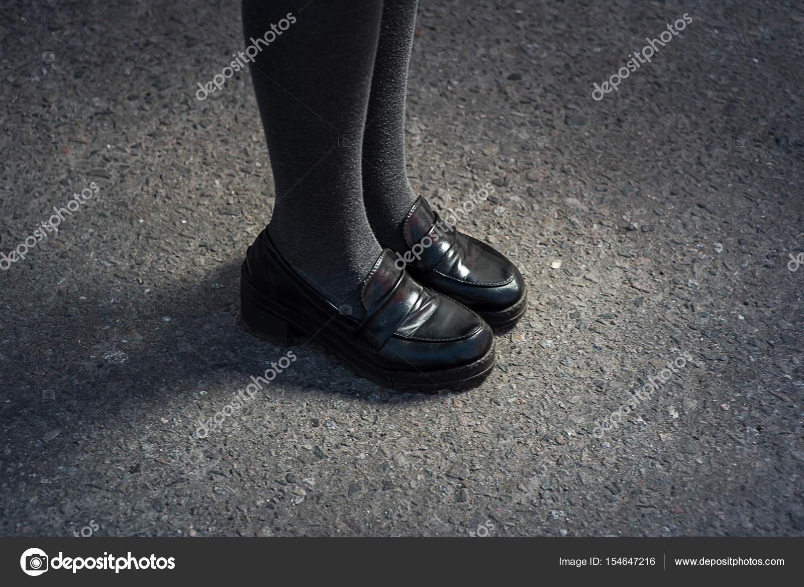 zapatos en de mujeres Piernas sobre asfalto jóvenes elegantes hermosas negros AXS6x7HW