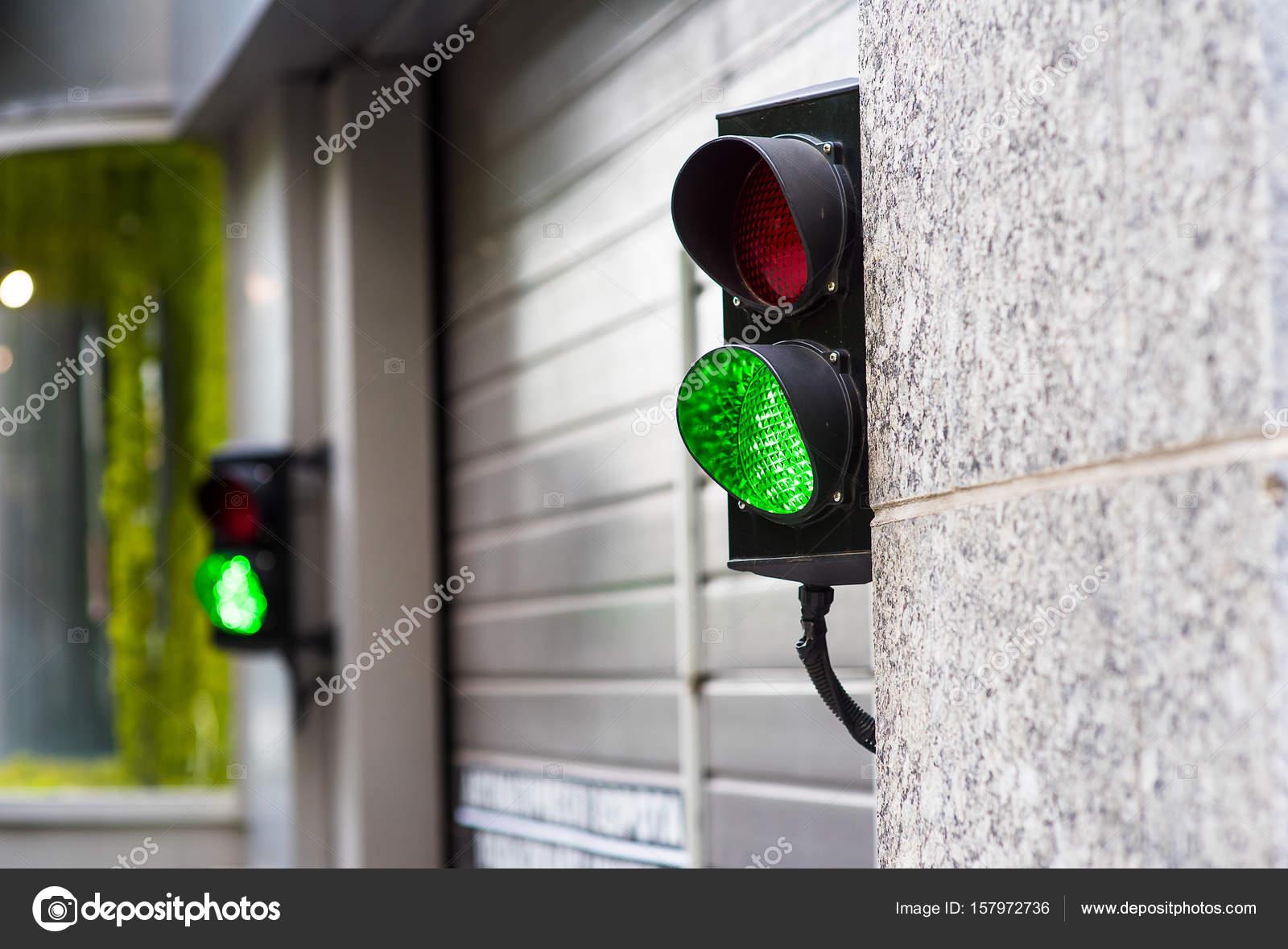 Grun Und Rot Stop Licht In Garage Stockfoto C Krestikksu157 Gmail