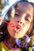 děti hrají bubliny