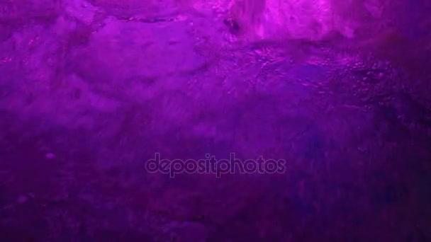 fialová barva vody