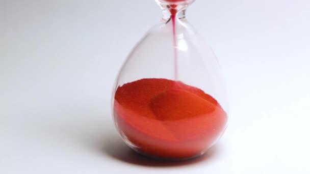 a homokóra makrorészlete vörös homokkal, az áramlási idő mérésével