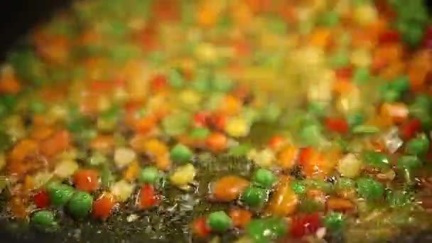 Erbsen und Karotten Kochen