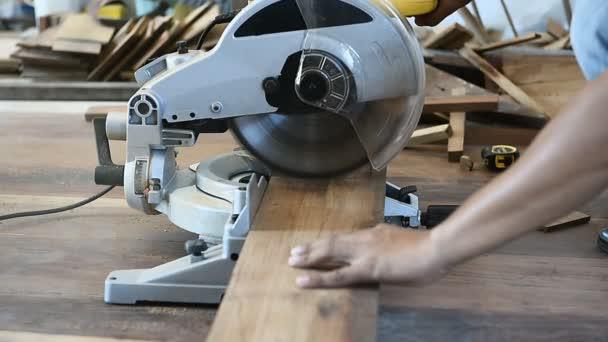 Carpenter muž použít kotoučová pila pro řez dřevěných planěk