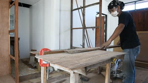 Carpenter muž použít tabulku Okružní pila pro řez dřevěných planěk