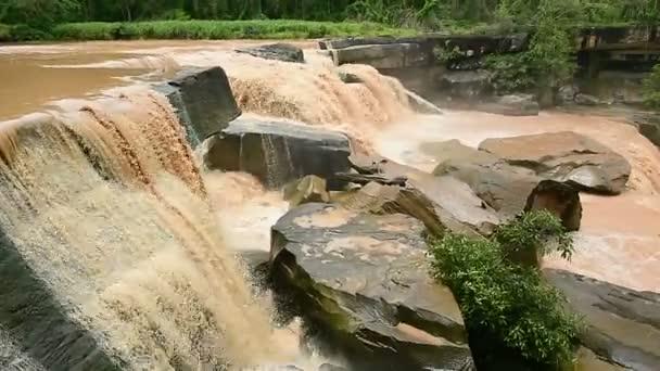 Brown z Kaeng tak Pha vodopád v přírodním parku