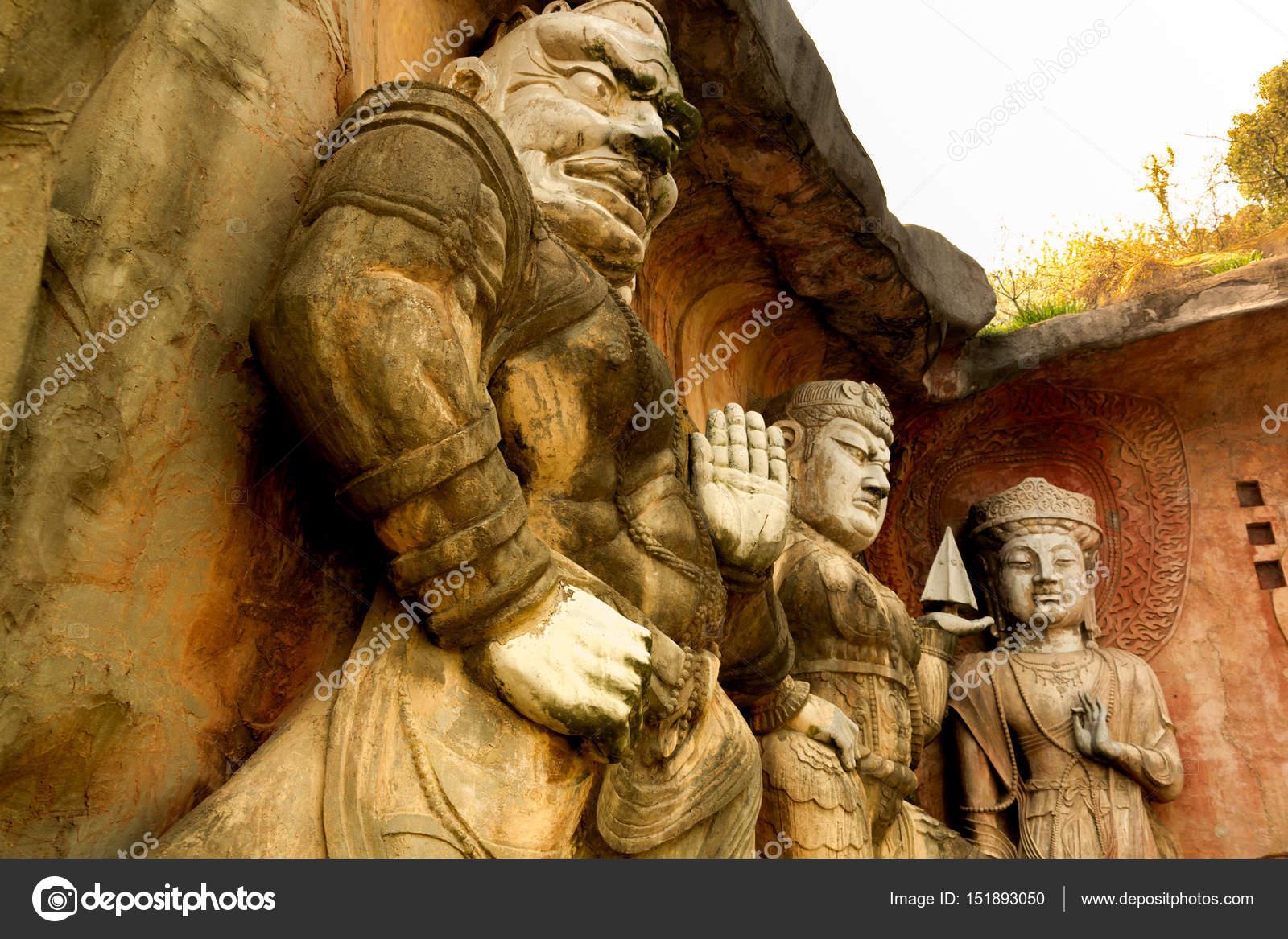 grand bouddha de pierre sur le mur de pierre à wuxi yuantouzhu