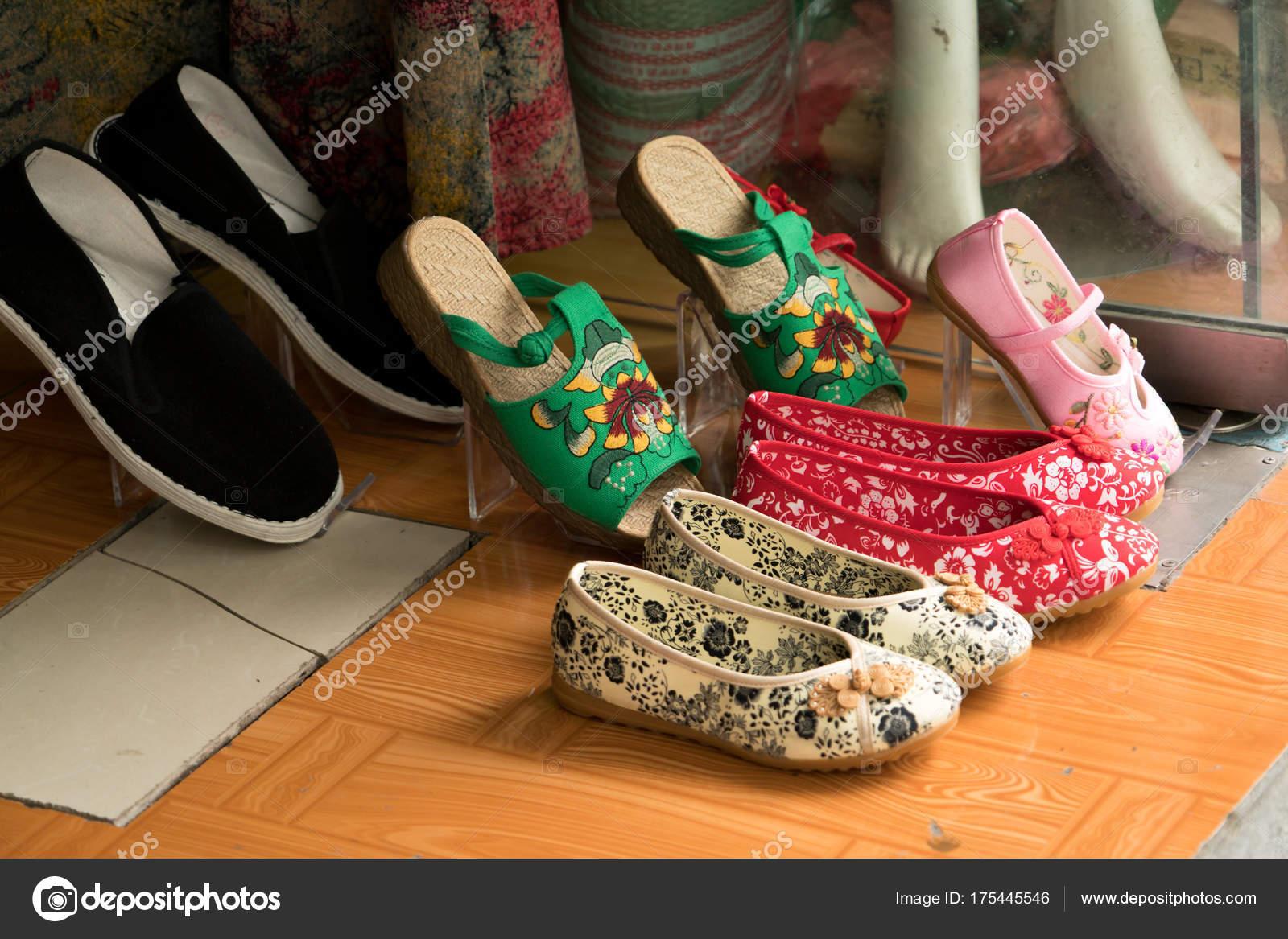 cheap for discount b876c b0672 Colorato di scarpe cinesi nell'archivio, vecchio stile di ...