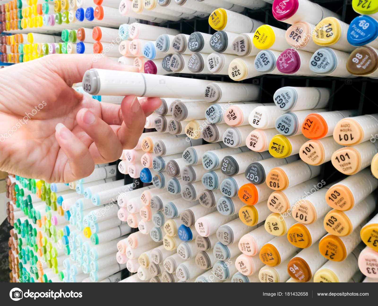 d06cd1e7428cf Fokus auf Frauen Hand wählen Sie die Farbe Stift auf dem Regal im  Schreibwarengeschäft– Stockbild