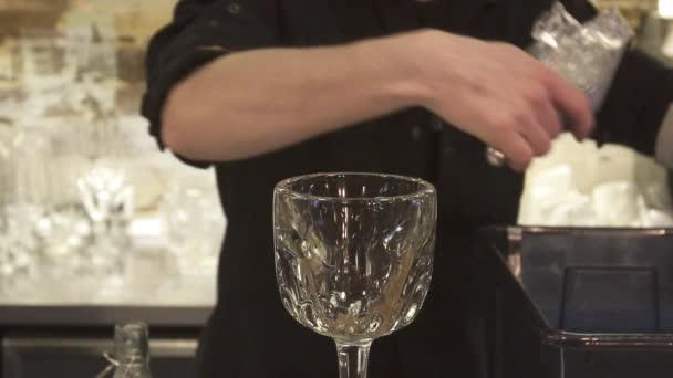 Barkeeper halten Ice Cube Cocktailglas. Barkeeper alkoholische Cocktails vorzubereiten. Nahaufnahme