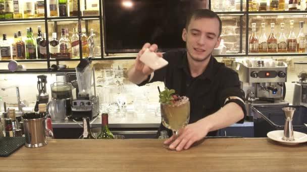 Edel Barkeeper Barmann Dient Schlicht Klassischen Rum Basierend Drink  Cocktail Kalk Dekoration ...