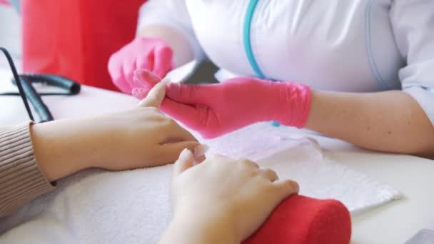 Žena ruce příjmu manikúru v salonu krásy. Spilování nehtů. Zblizka, Selektivní ostření