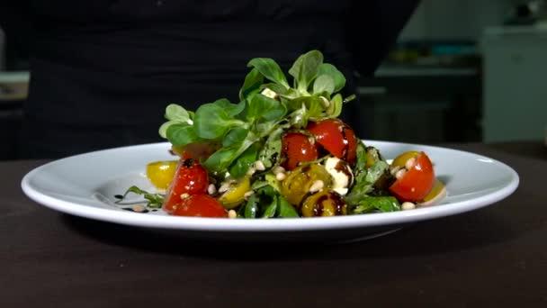 čerstvý salát na stůl