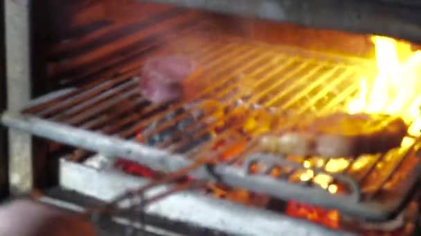 Grilované maso v grilování s plameny a uhlí