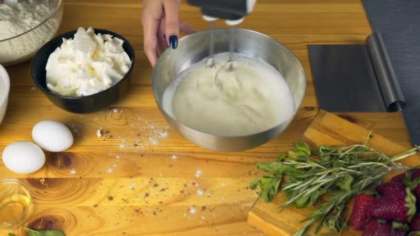 Šlehání bílků a přidáním cukru. Výroba těsta. Takže dort s náplní buttercream a nastrouhanou čokoládovou polevou. Série.