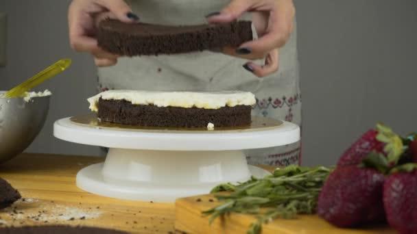 Lití polevu na dort. Výrobu čokolády vrstvu dortu. Série