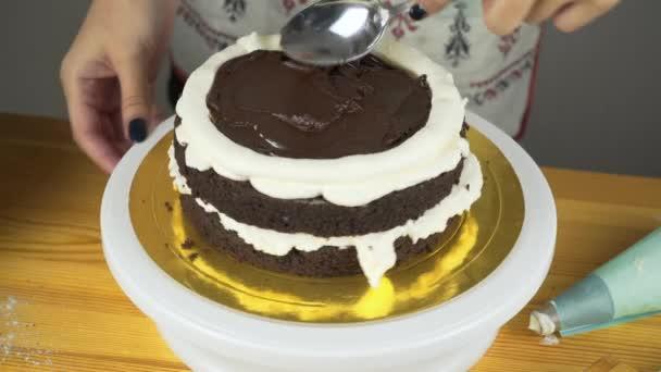 Lití polevu na dort. Výrobu čokolády vrstvu dortu. Série.
