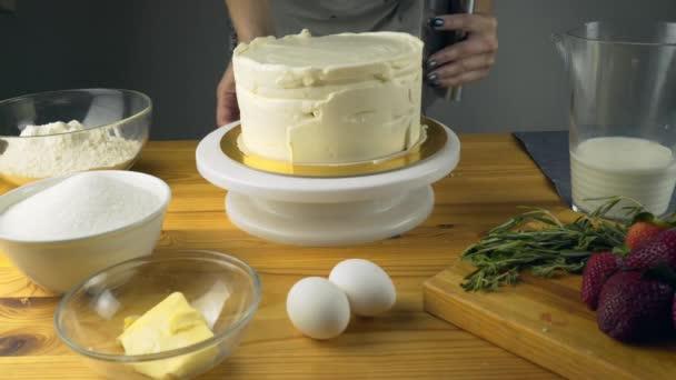 Uvedení másla krém dort ručně pomocí špachtle