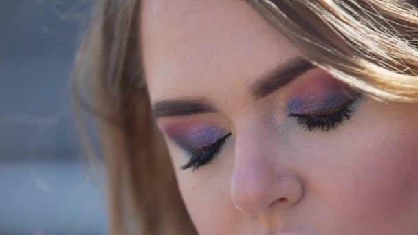 Zavřete zobrazení podrobností mladá žena Kavkazský oka při pohledu na fotoaparát a pomalu bliká. Oči a zrakové pohody a zdravé oko zrak. Atraktivní žena s modrýma očima zelené.