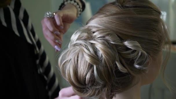 Master, takže účes pro nevěstu v salonu krásy. Tvorba účesu objem