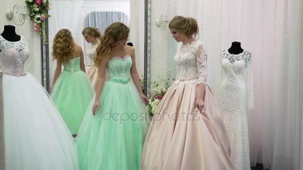 Fiatal nő úgy dönt, egy esküvői ruha, menyasszonyi üzlet