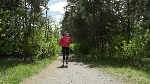 Молодые в лесу видео