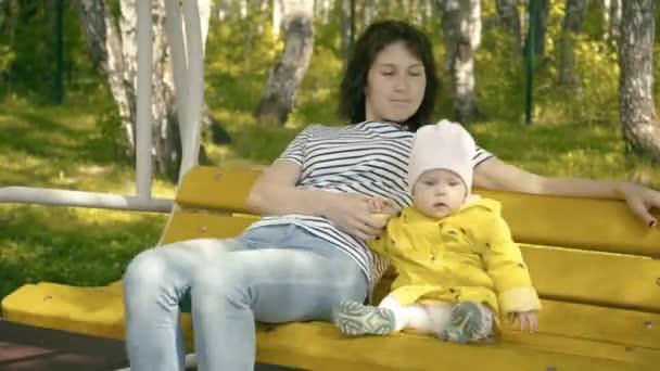 Anya és a gyermek a játszóteret