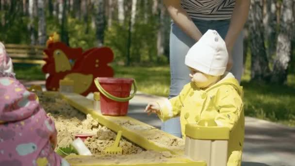 Malá holka sedí v karanténě a hrát si s plísní na hřišti, děti, takže obrazce v outdoorovém
