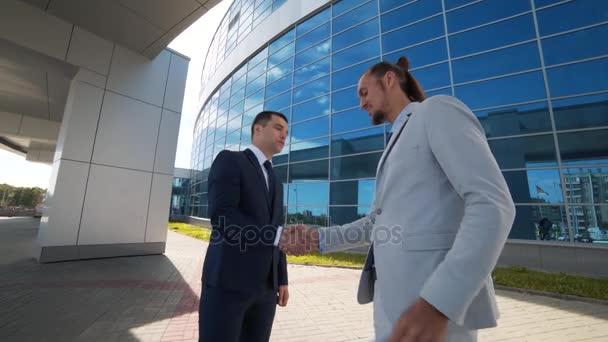 podnikatel splňuje nového člověka a dává mu svou kartu