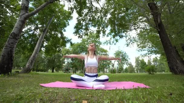 Ženy cvičení jógy, sedět v lotus představují, zdravého životního stylu, vnitřní krásu