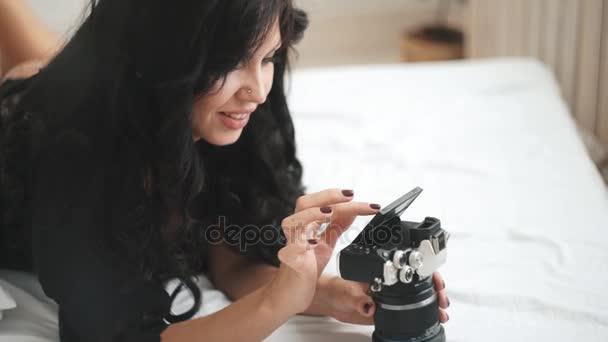 Sinnliche Frau fotografiert eine neue Kamera