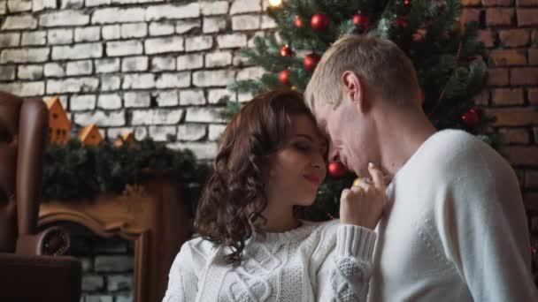 Regali Di Natale Per Moglie.Un Bel Marito Giovane Che Abbraccia La Sua Moglie Se Anteriore Di Un Albero Di Natale Regali E Mandarini Intorno A Loro Una Famiglia Celebrazione Di Natale Insieme Circondata Da Regali Mandarini