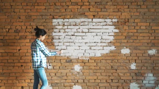 Une Jeune Fille A Peint Un Mur De Brique Dans Sa Maison Avec Un