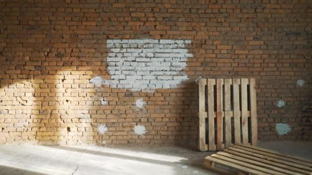 Une Jeune Fille A Peint Un Mur De Brique Dans Sa Maison Avec Un Rouleau.  Peinture De Murs Avec Un Rouleau. Peindre Les Murs Nus Avec Un Rouleau De  Peinture ...