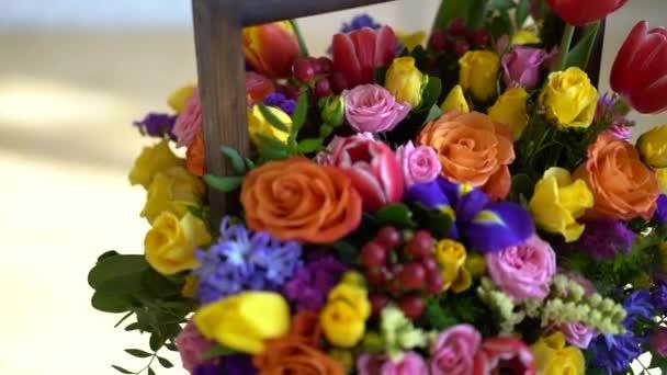 kosár, virág, világos színek, rózsák és tulipán.