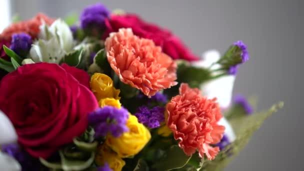 Bouquet virágok mozog körül, különböző virágok, rózsák, tulipánok, Ibolya.