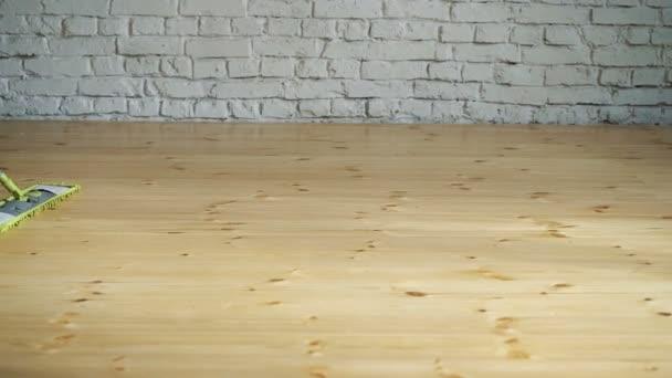Úklid domu. Mytí podlah